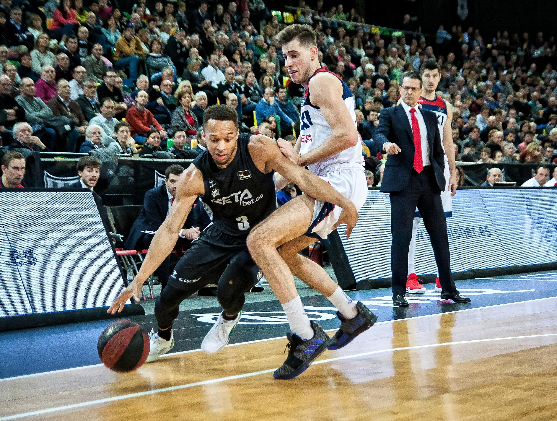 Brown se escapa de la defensa de Jou (Foto: Luis Fernando Boo).