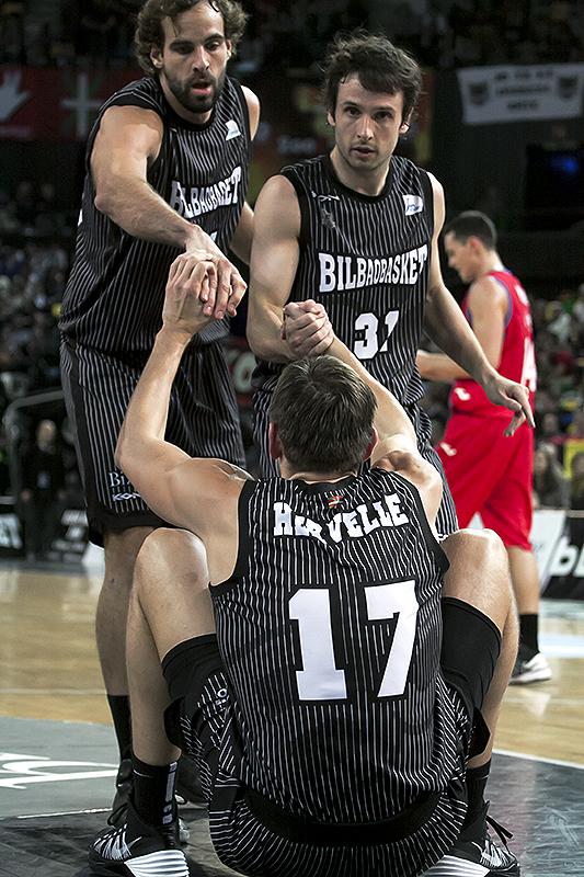 Hervelle es ayudado a levantarse por Grimau y Raul López (Foto: Luis Fernando Boo).