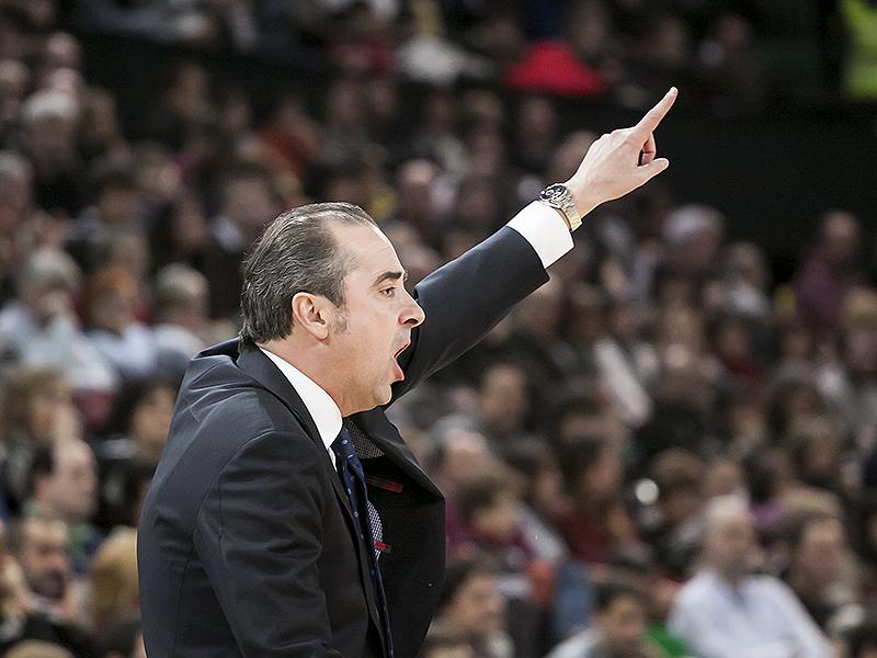 Tuxs Vidorreta da instrucciones a sus jugadores (Foto: Luis Fernando Boo).