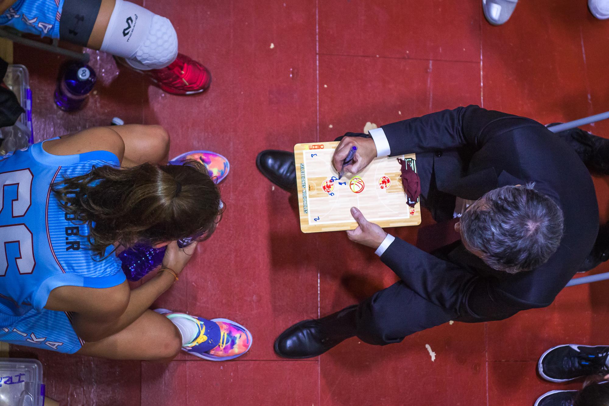 Mario Lopez prepara una jugada durante un tiempo muerto (Foto: Luis Fernando Boo).
