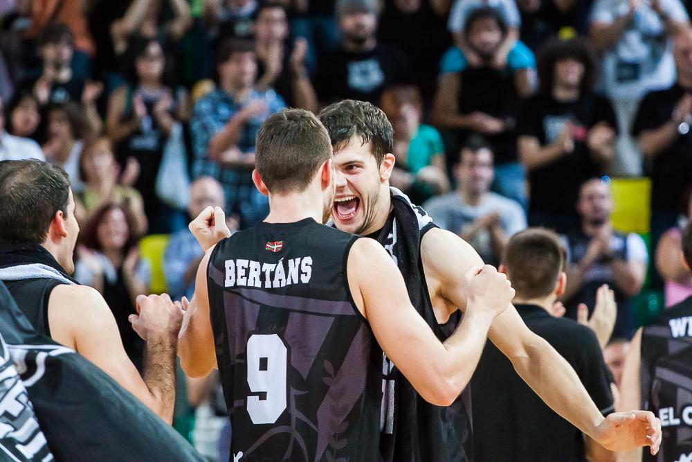 Dejan Todorovic celebra el triunfo con Bertans (Foto: Luis Fernando Boo).