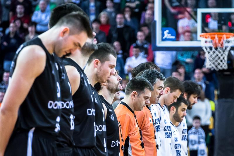 Minuto de silencio antes del comienzo del partido (Foto: Luis Fernando Boo).