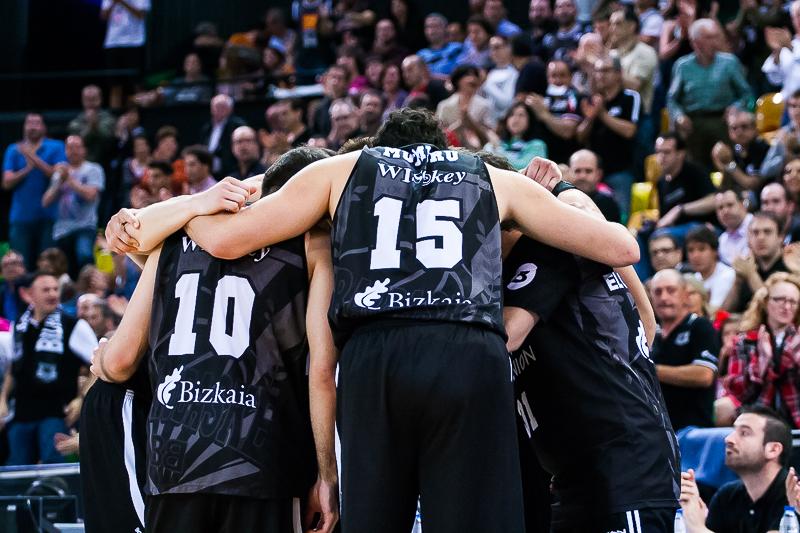Piña del Bilbao Basket (Foto: Luis Fernando Boo).