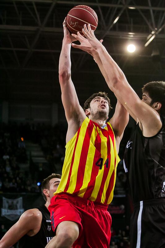 Tomic anota en el aro del Bilbao Basket (Foto: Luis Fernando Boo).