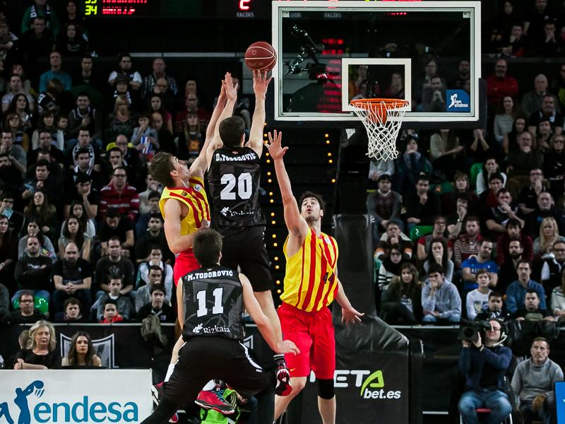 Dejan Todorovic lanza con la oposición de dos rivales (Foto: Luis Fernando Boo).