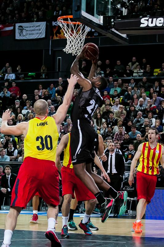 Latavious Williams intenta anotar bajo el aro del Barcelona (Foto: Luis Fernando Boo).