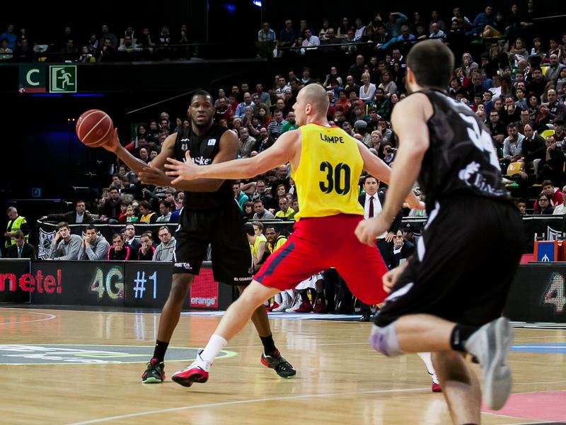 Juego entre pivots del Bilbao Basket (Foto: Luis Fernando Boo).