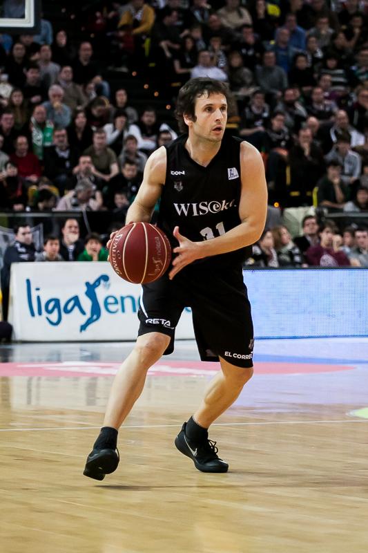 Raul López pasando el balón (Foto: Luis Fernando Boo).