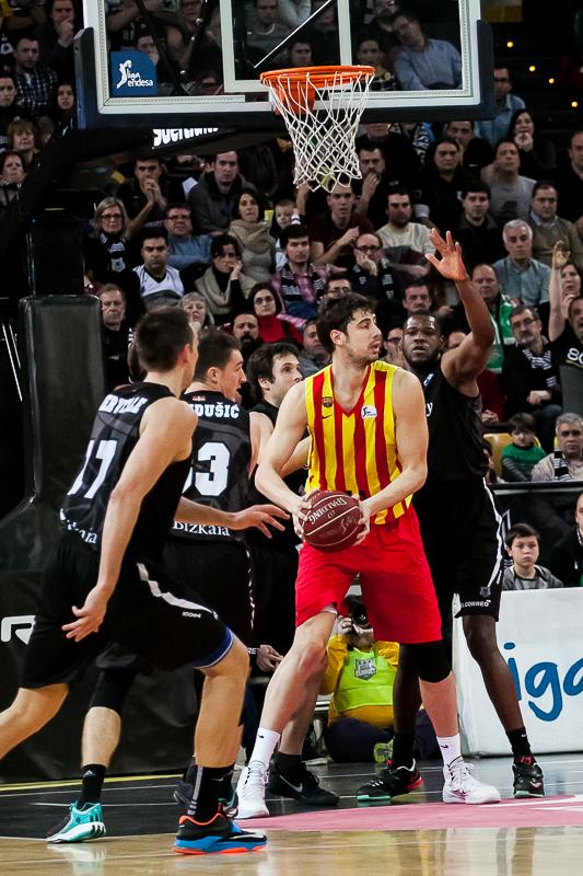 Ante Tomic, rodeado de rivales bajo el aro (Foto: Luis Fernando Boo).