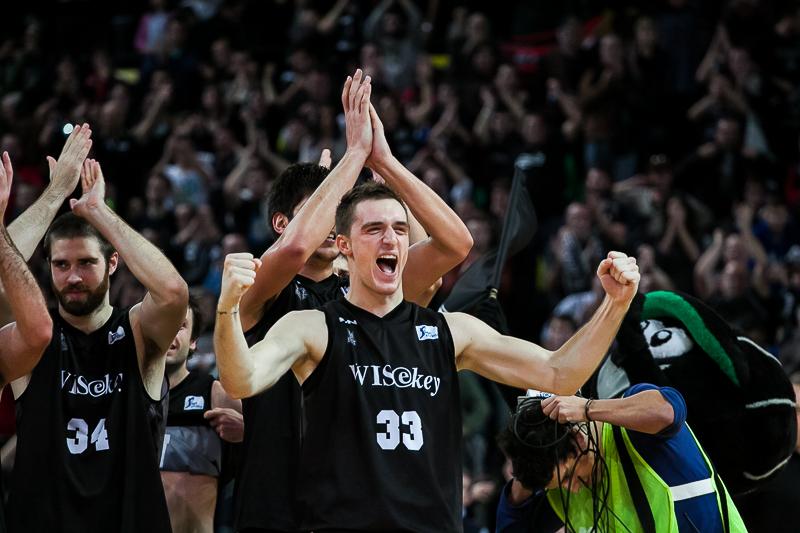 Los jugadores del Bilbao Basket celebran su triunfo (Foto: Luis Fernando Boo).