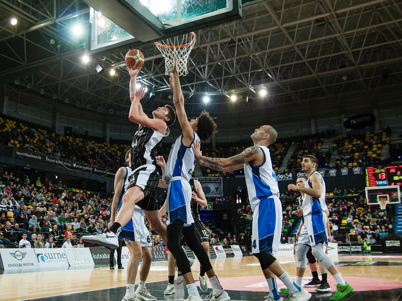 Lammers supera a la defensa del Prat para anotar      Foto: Luis Fernando Boo.