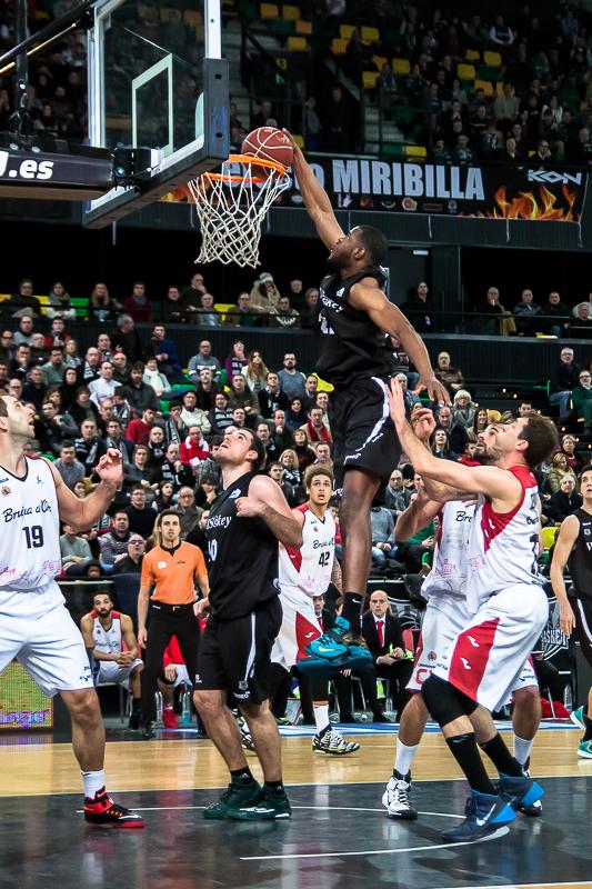Latavious Williams palmea un balón (Foto: Luis Fernando Boo).