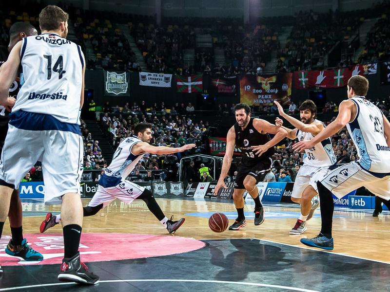 Mumbrú recibe la atención de cuatro rivales (Foto: Luis Fernando Boo).