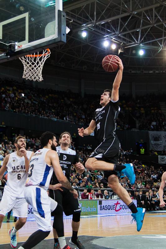 Dejan Todorovic vuela hacia el aro rival (Foto: Luis Fernando Boo).