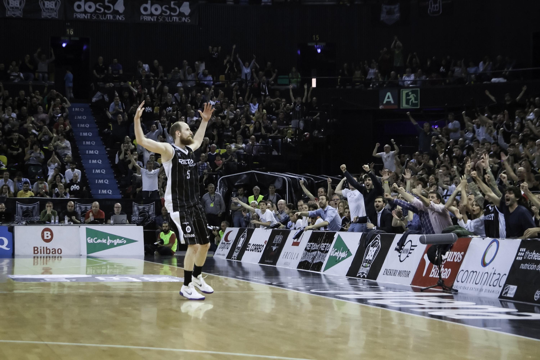 Schreiner celebra un triple con el público | Foto: Luis Fernando Boo.