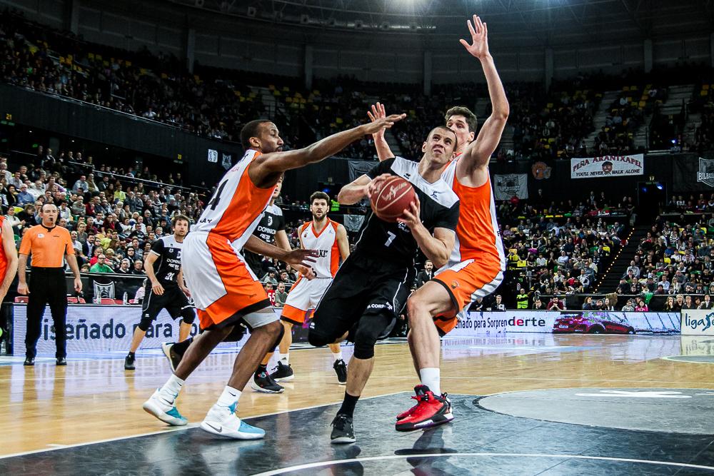 Ruoff se cuela entre dos defensores (Foto: Luis Fernando Boo).
