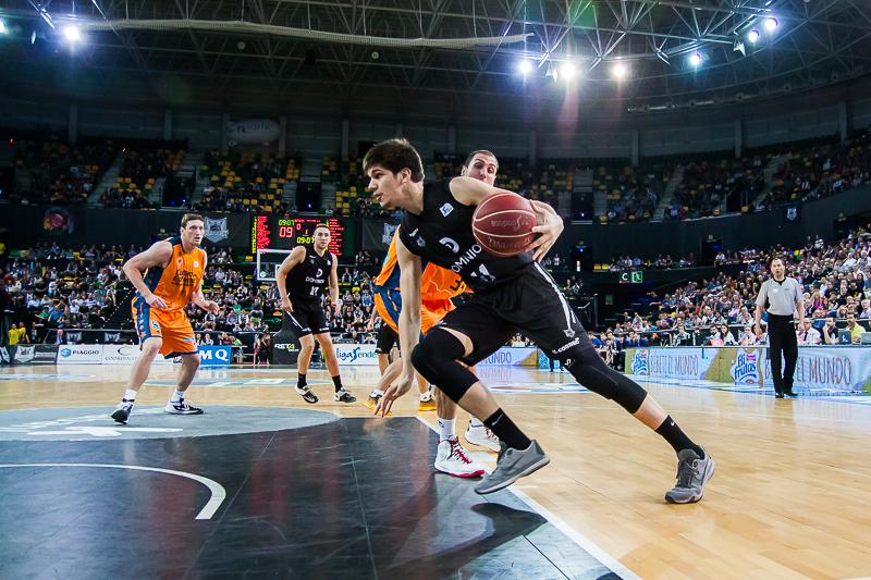 Todorovic deja atrás a Aguilar (Foto: Luis Fernando Boo).