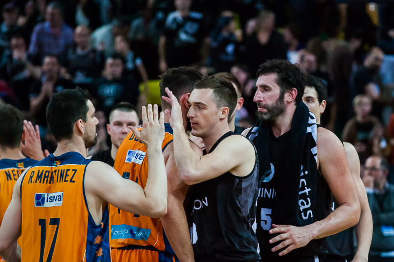 Los jugadores de Valencia y Bilbao se saludan al termino del encuentro (Foto: Luis Fernando Boo).