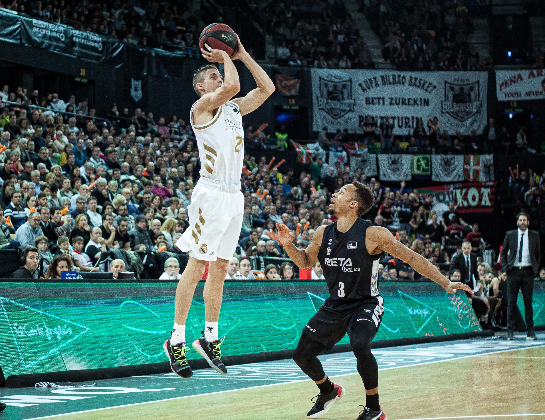 Carroll se eleva para lanzar ante Brown (Foto: Luis Fernando Boo).
