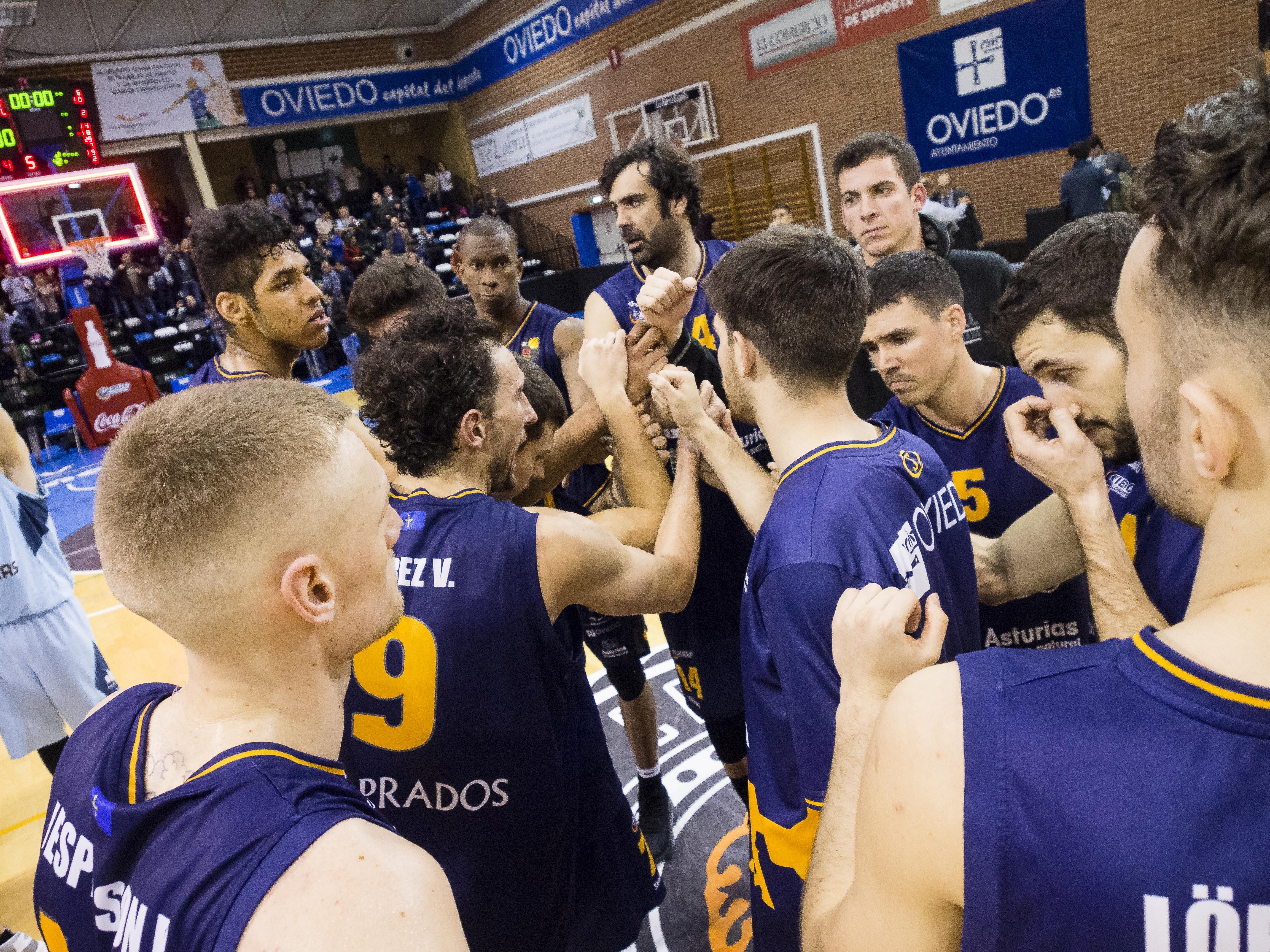 Jugadores del Oviedo haciendo piña tras la derrota (Foto: Christian García)