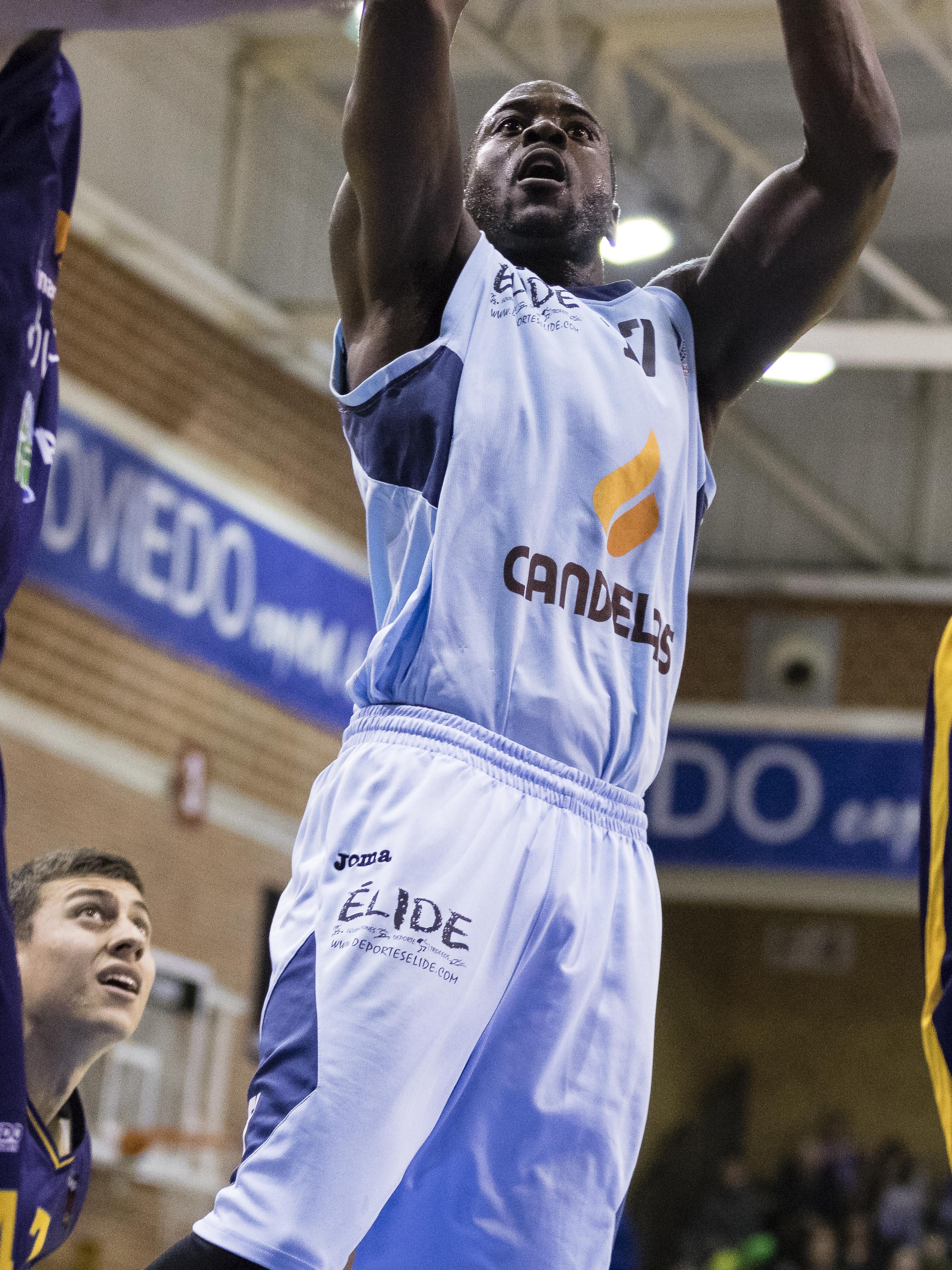 Tiro en suspensión de Michael Fakuade (Foto: Christian García)