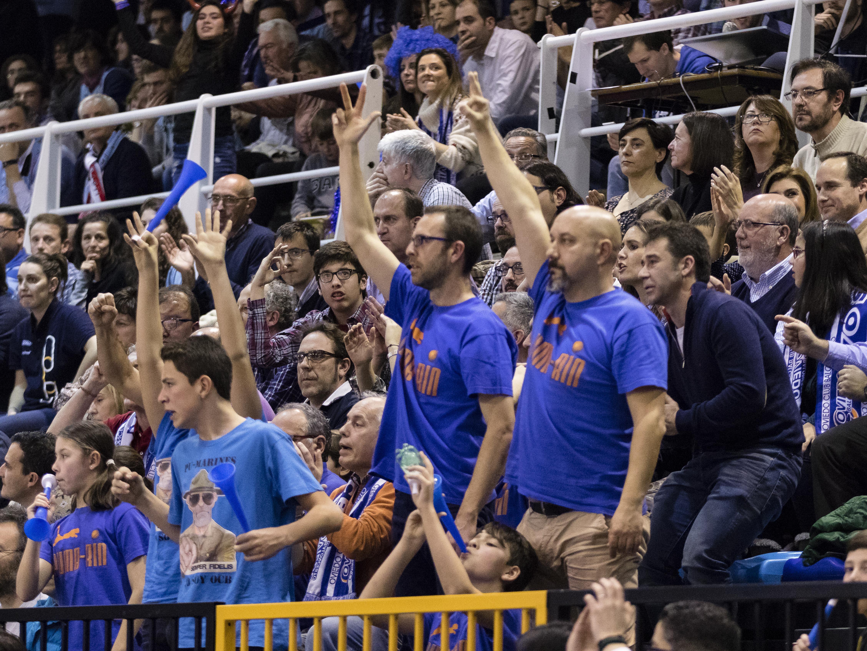 La afición de Pumarín celebrando un triple (Foto: Christian García)
