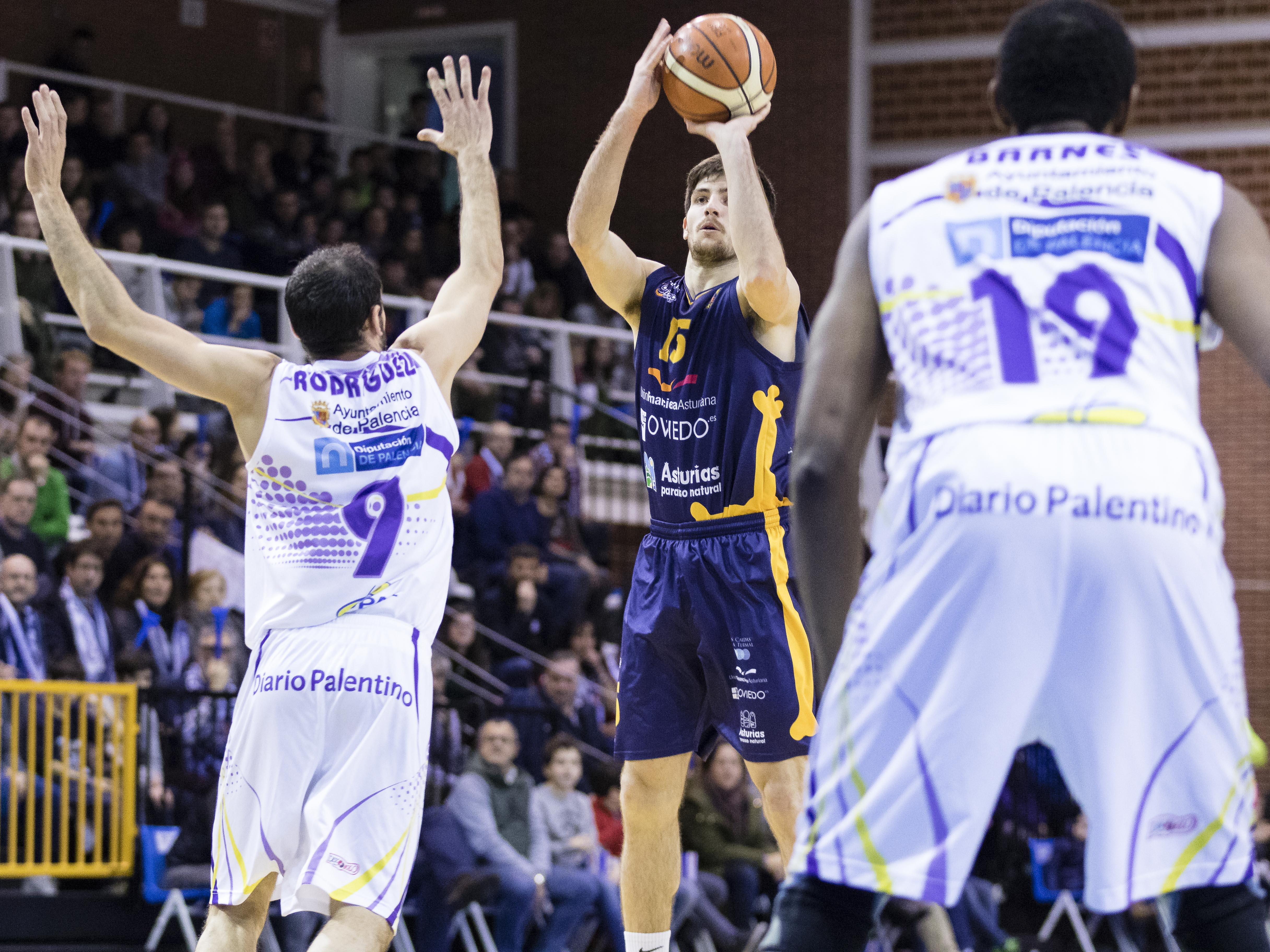 Agustí Sans lanzando un triple (Foto: Christian García)