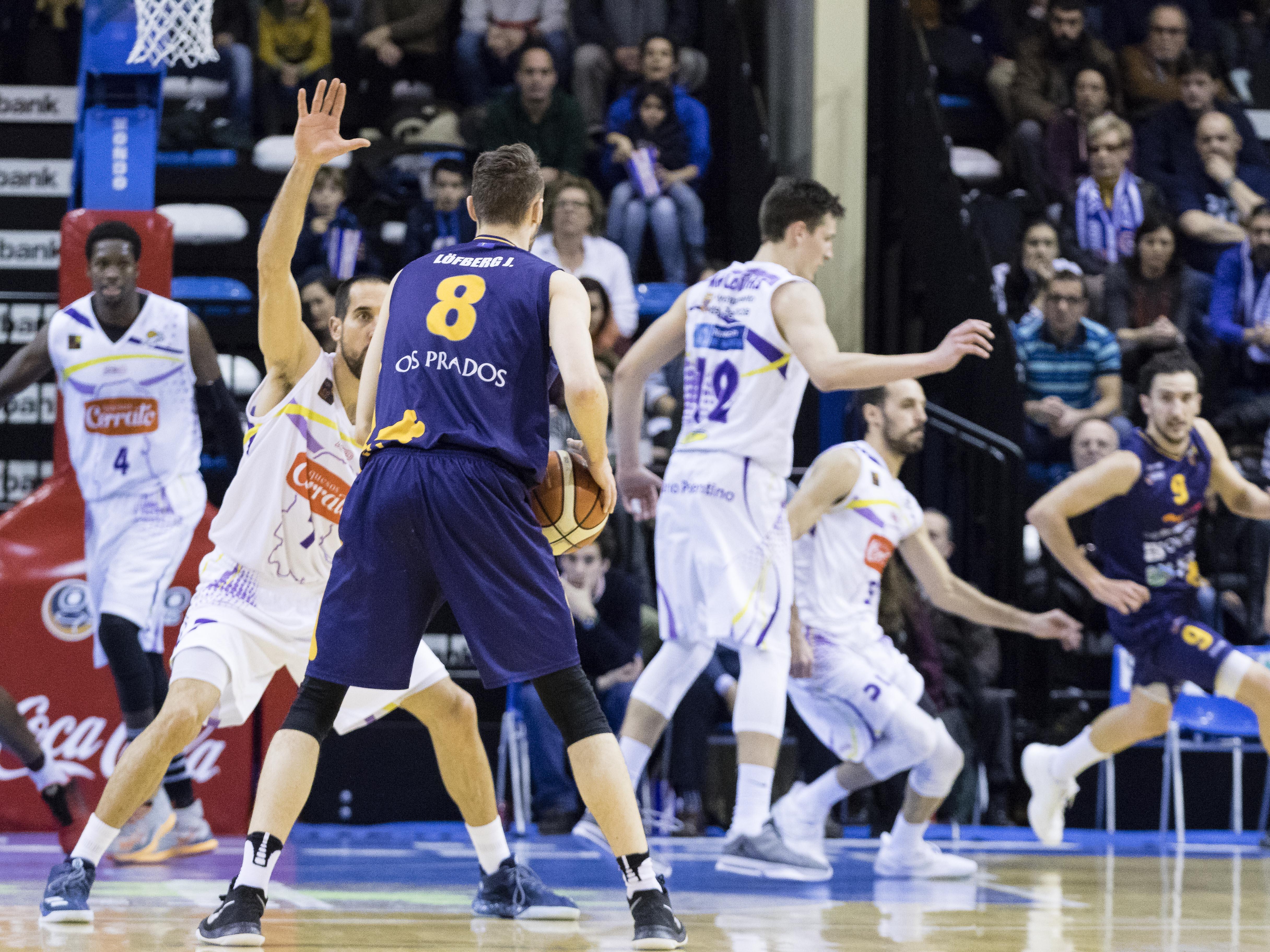Romà Bas defendiendo a Johan Lofber (Foto: Christian García)