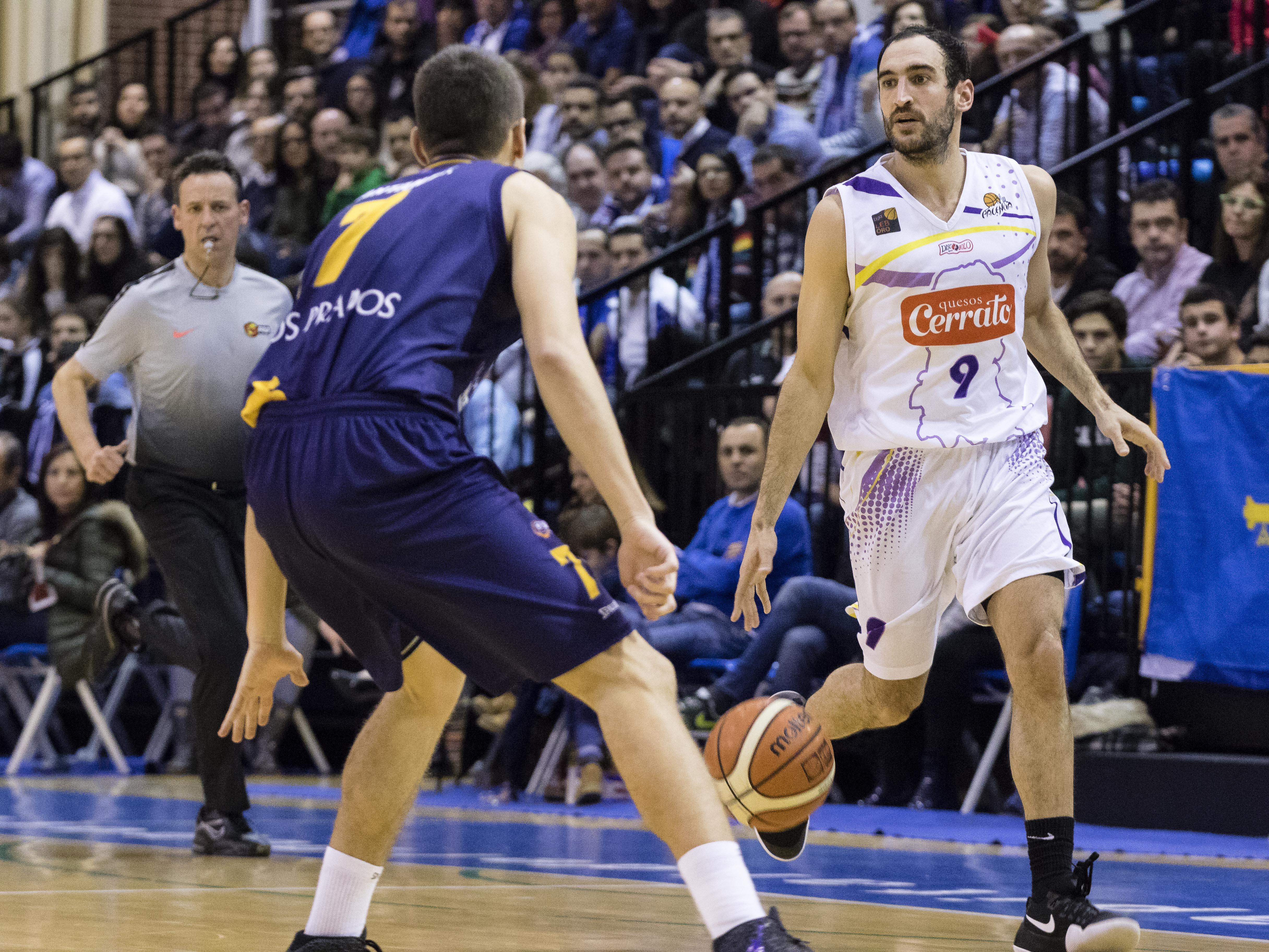 Fabio Santana defendiendo a Dani Rodríguez (Foto: Christian García)