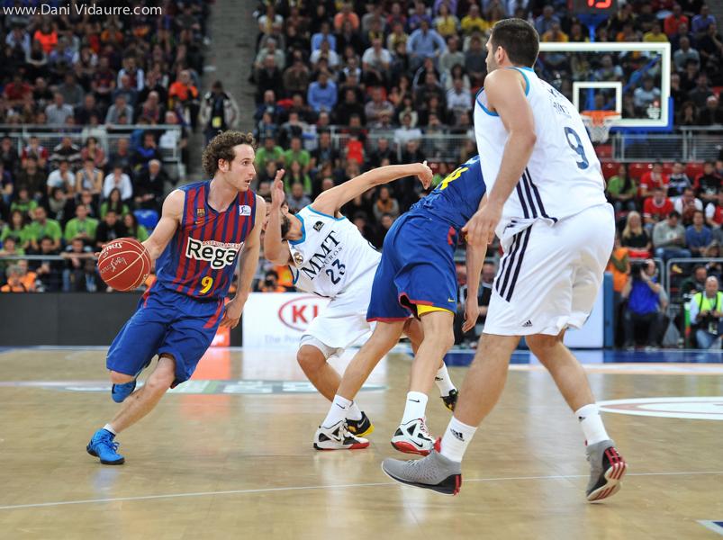 Marcelinho Huertas pasa el bloqueo y luego intenta superar a Felipe Reyes (Foto: danividaurre.com)