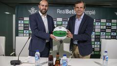 Juanma Rodríguez (derecha) posa en su presentación con el Real Betis/F.Ruso