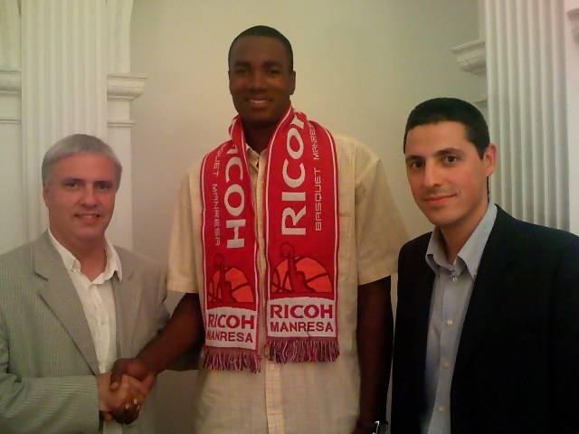 Serge Ibaka con directivos de su nuevo club