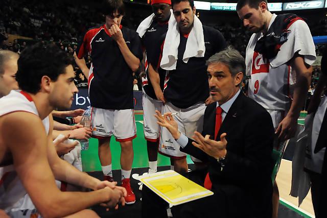 Jose Luis Abós dando instrucciones a sus jugadores durante el tiempo muerto. Foto: victorsalgado.com