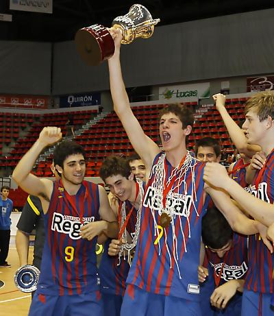 Oriol Paulí con el trofeo de Campeón de España junior 2012 (foto FEB)