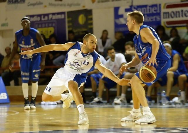Carlos Martínez defendiendo a Brad Oleson esta temporada en un UB Palma-Beirasar Rosalía (foto Cesar Borja)