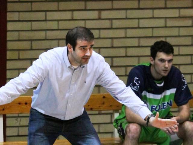 Adrián Camino en el banquillo del equipo de David Mangas (foto basquetmaniàtic)