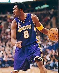 Kobe Bryant botando la pelota (Foto:Miqui Forniés)