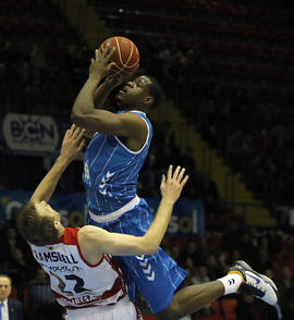 Latavious Williams lo intenta ante Charles Ramsdell (ACB Photo / Rafael Schlatter)