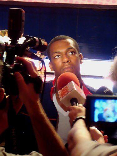 Rajon Rondo piensa la respuesta antes de hablar al micrófono de Solobasket.com