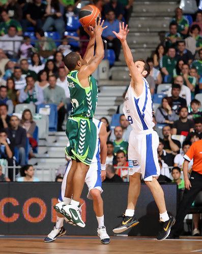 McIntyre lanza a canasta con la defensa de Llompart (ACB PHOTO/ Mariano Pozo)
