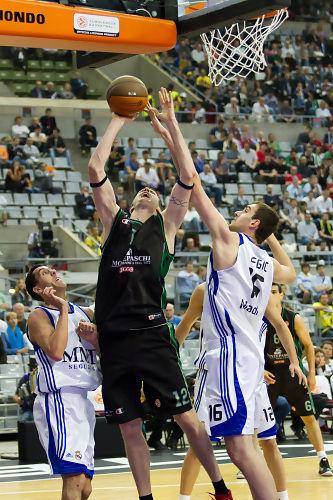 Lavrinovic anota ante Begic (Foto: Lafargue)