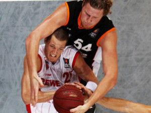 Casey Jacobsen le roba un rebote a John Bryant (Foto: beko-bbl.de)
