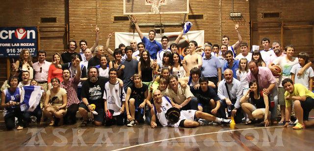 Askatuak celebrando el ascenso con los más allegados (foto Gorka Garrido para la web de Askatuak)