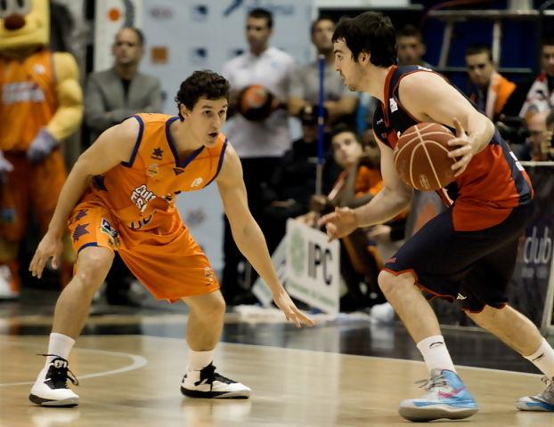 Taylor Rochestie ante Rodrigo San Miguel (Foto: JM Casares)