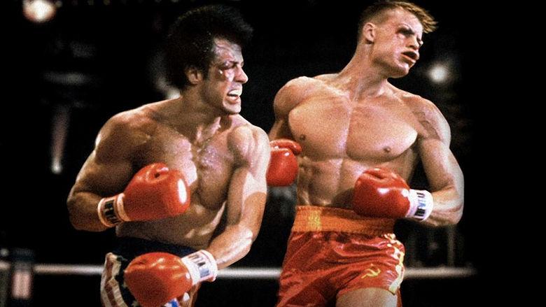 Rocky Balboa golpea a Ivan Drago.