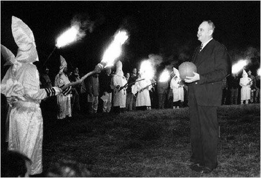 Foto montaje con el Ku Klux Klan y Adoph Rupp.