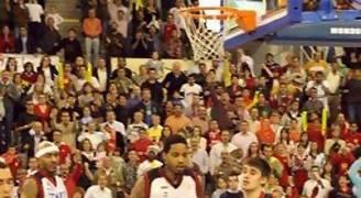 Mensah-Bonsu coge el rebote de la victoria ante la desolación de los jugadores de TAU (Foto: Jesús Quero solobasket.com)