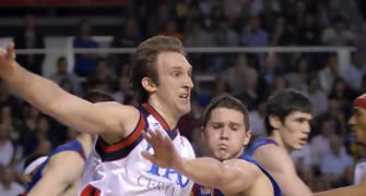 El Axa, aprieta en defensa para intentar para a un Tau, muy metido en el partido (foto:dnavarro.es)