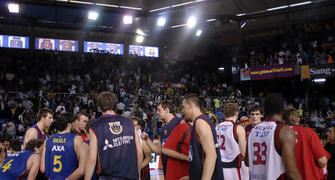Los jugadores de ambos equipos se saludan en mitad de la pista 0-1 para Tau<br> (foto:dnavarro.es)