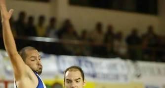 Álex Alba penetrando a canasta (Foto: César Borja/UB La Palma)